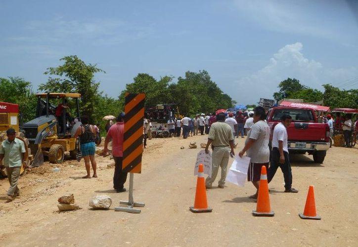 Los campesinos bloquearon momentáneamente la vía. (Raúl Balam/SIPSE)