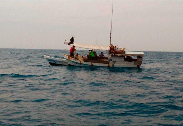 Una embarcación que quedó a la deriva fue rescatada por la Marina-Armada de México, a unos 48 kilómetros de distancia de Progreso, Yucatán. Sus cuatro tripulantes están a salvo. (Cortesía)