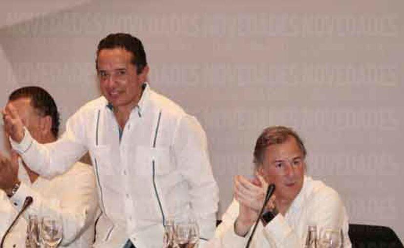 El gobernador Carlos Joaquín González y el secretario federal de Hacienda, José Antonio Meade Kuribreña, durante una gira de trabajo por Benito Juárez. (Luis Soto/SIPSE)