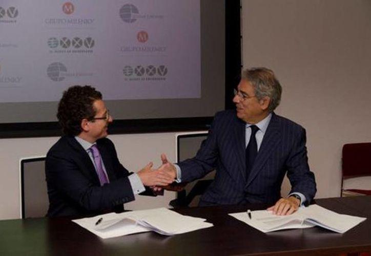 Francisco D. González Albuerne (izq), director de Grupo Milenio, y Antonio Fernández-Galiano, presidente de Unidad Editorial durante la firma del acuerdo. (Milenio)