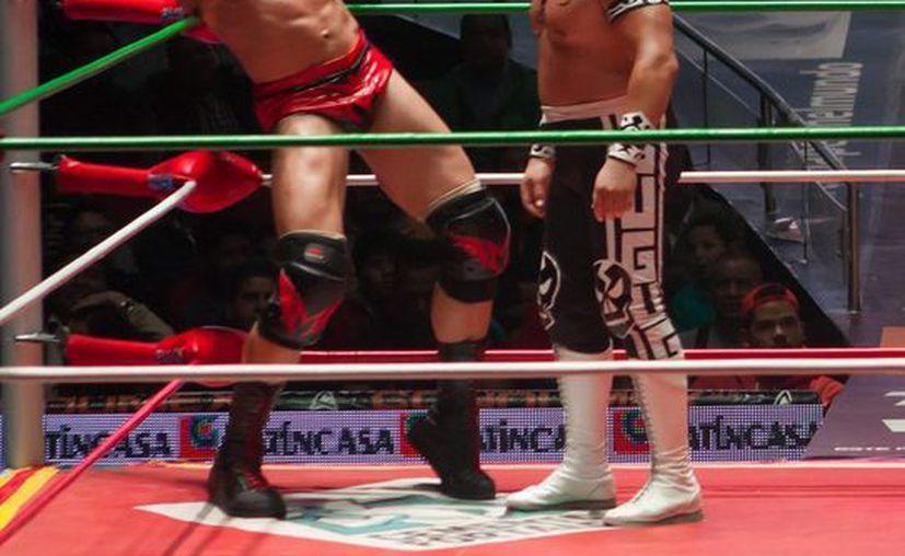 Último Guerrero (d) y Rey Escorpión volverán a verse las caras este viernes en la Arena México, en una lucha de relevos. En la imagen Último Guerrero enfrenta a Marco Corleone. (Notimex)
