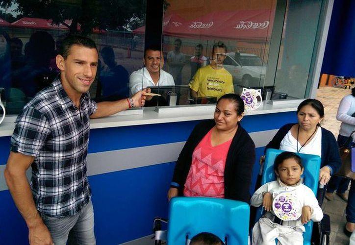 Maxi Rodríguez visito hoy miércoles el Centro de Rehabilitación Infantil Teletón (CRIT) Yucatán, en donde realizó su donativo por esta buena causa. (Marco Moreno/SIPSE)