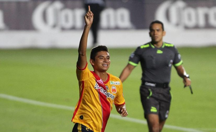 Monarcas Morelia derrotó 1-0 a Gallos Blancos, y ahora, si Chivas jo gana a Xolos esta noche, abandonará el fondo de la tabla porcentual. (Notimex)
