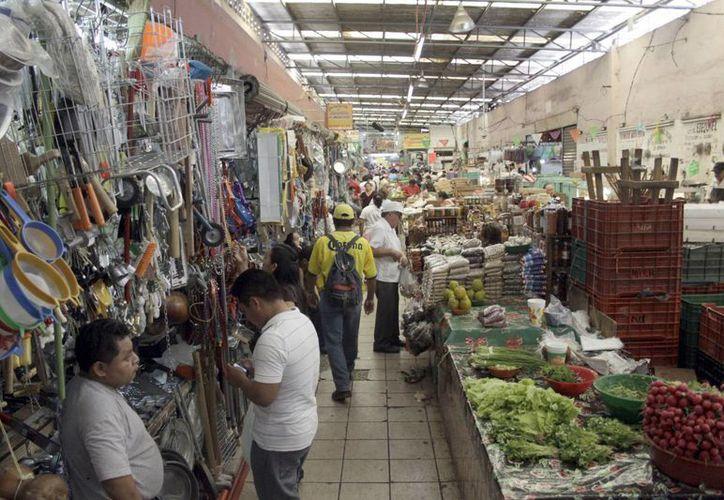 Las salidas de emergencia despejadas son necesarias en caso de una contingencia en los mercados. (Christian Ayala/SIPSE)
