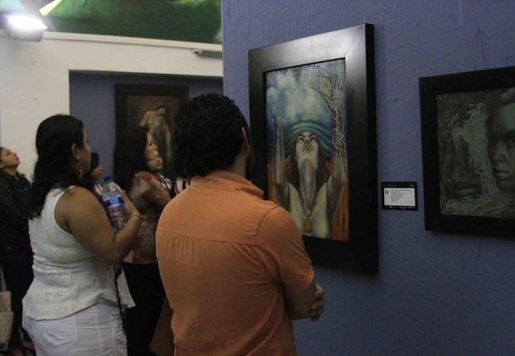 La familia Villanueva, fue quien aportó parte de la obra inédita del artista plástico Elio Carmichael. (Harold Alcocer/SIPSE)