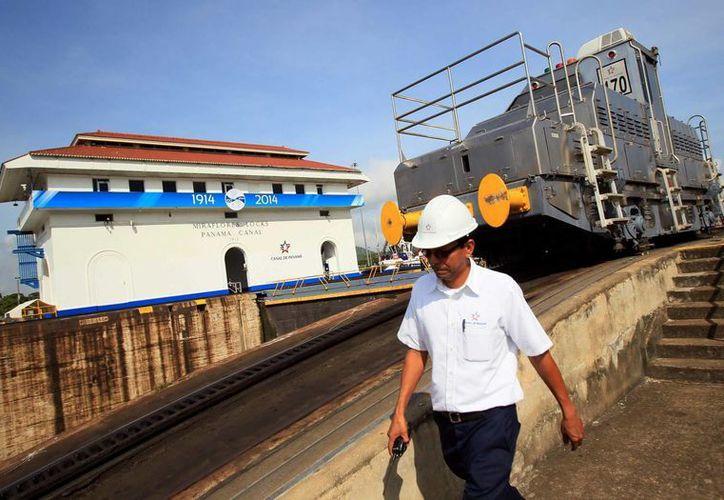 Un hombre camina en la esclusa de Miraflores, en el Canal de Panamá. (EFE)
