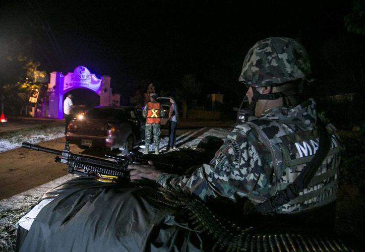 Integrantes de la Marina armada mexicana inspeccionan vehículos en búsqueda del narcotraficante Joaquín 'El Chapo' Guzmán. (Archivo/EFE)