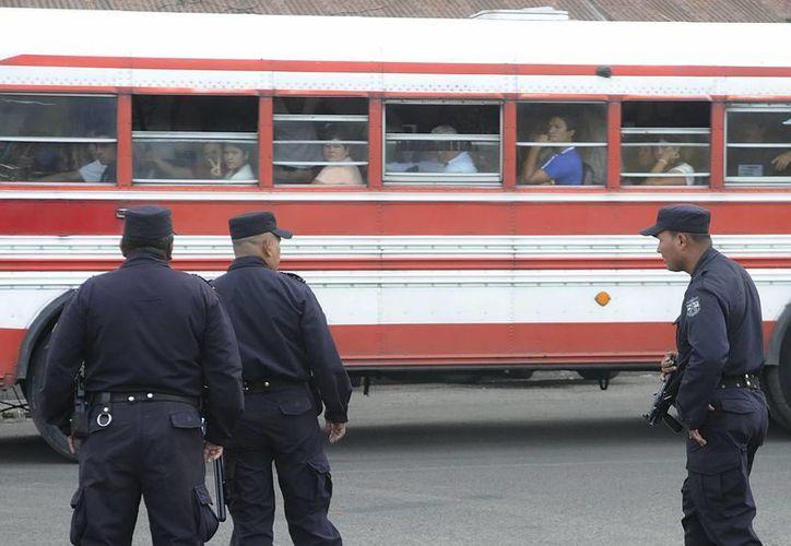 Policías vigilan en la terminal de San Salvador, El Salvador. (EFE/Archivo)