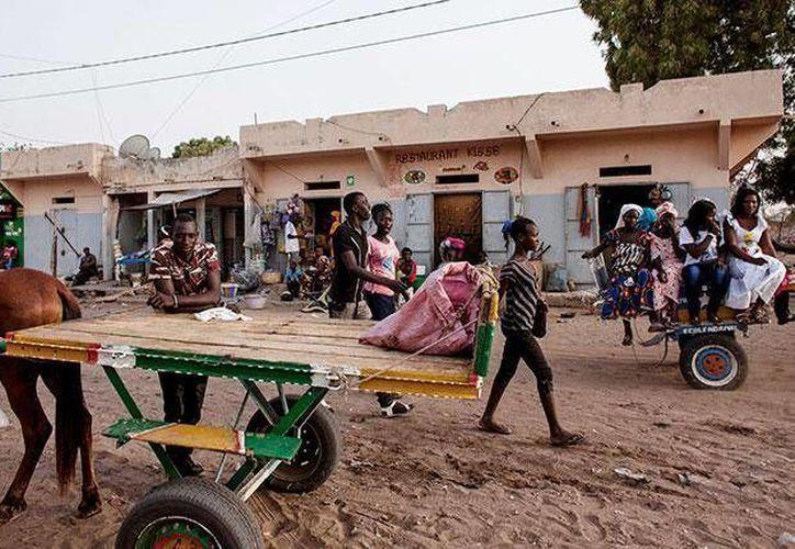 Escena típica de Niakhar, pueblo senegalés de calles de tierra y arena donde hay más carros tirados por caballos que automóviles. (Agencias)