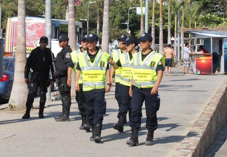 La Segob indicó que el costo anual de las cinco mil plazas para la Gendarmería será de unos 1,376 mdp. En la imagen, cadetes del nuevo cuerpo de seguridad, en un recorrido en Acapulco, Guerrero, como parte de su formación inicial. (Archivo/Notimex)