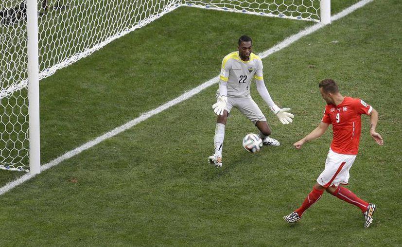 Seferovic hizo el gol que no dio tiempo a Ecuador de reaccionar. El partido estaba en sus últimos segundos. (Foto: AP)