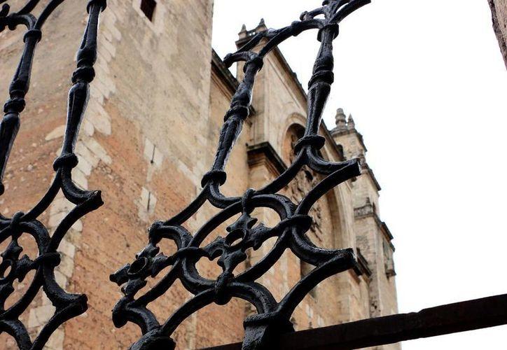 Denuncian que la verja de la Catedral está en muy mal estado. (José Acosta/SIPSE)