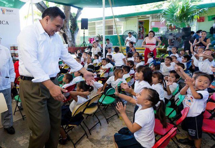 El gobernador Rolando Zapata durante la entrega de mobiliario en el jardín de niños 'Plan de Ayala'. Un total de 288 planteles de preescolar y primaria recibirán nuevos mobiliarios y pintura. (Foto cortesía del Gobierno de Yucatán)