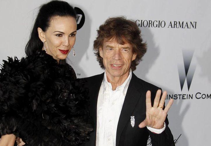 Foto del 20 de mayo de 2010 que muestra a la leyenda de los Rolling Stones, Mick Jagger, con la diseñadora de moda y modelo estadounidense, L'Wren Scott, a su llegada al la gala de cine contra el Sida, organizada por la fundación Amfar, como parte de la 63ª edición del Festival de Cine de Cannes, en el Hôtel du Cap-Eden-Roc, en el propio cabo de Antibes, en Francia. (EFE/Archivo)