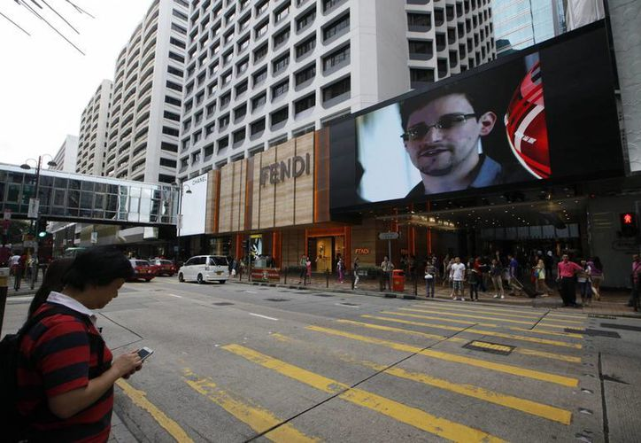 Snowden aparece en un espectacular publicitario en Hong Kong, cuyo gobierno no ha indicado cómo responderá a la solicitud de extradición de EU. (Agencias)