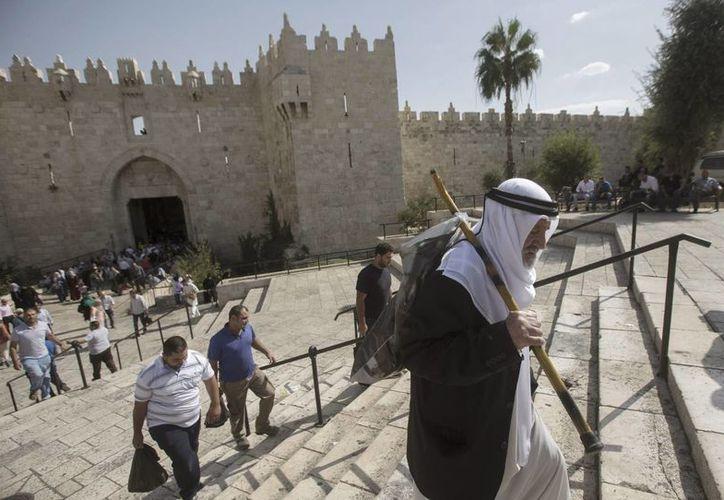 Un palestino camina en dirección a la mezquita Al Aqsa para asistir a las oraciones del viernes, en Jerusalén, Israel, hoy. (EFE)