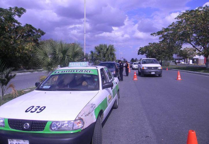 Puesto de control en Altabrisa en el que fue infraccionado un taxista porque el pasajero no usaba el cinturón de seguridad. (Luis Fuente/SIPSE)