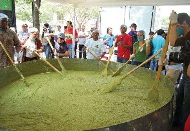 La Secretaría de Desarrollo Rural (SEDER) del estado de Jalisco, anunció la iniciativa conjunta de elaborar el guacamole más grande del mundo de 3.5 toneladas en la plaza municipal de Concepción de Buenos Aires.  (Internet/Contexto)
