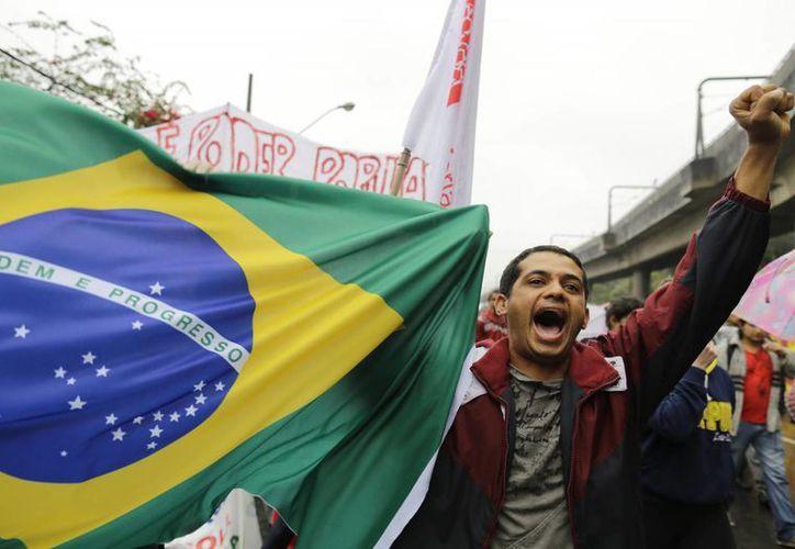 Hasta ahora, muchos brasileños no parecen complacidos por las propuestas de Rousseff. (Agencias)