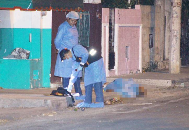 El joven en situación de calle fue asesinado en la colonia Amalia Solórzano. Elementos de la PGE al momento de levantar las pruebas del homicidio. (Milenio Novedades)