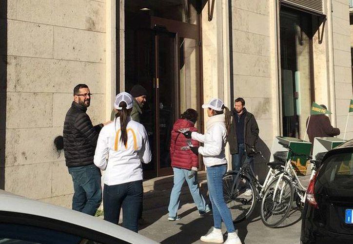 Fachadas del establecimiento de McDonald's que abrió cerca de la Plaza de San Pedro y que ha causado molestia en el clero. (Foto: @spoggioli1)