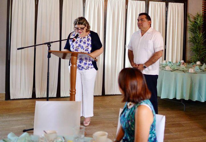 Elsa Domínguez Téyer, presidenta del voluntariado Parsey, junto con el secretario general de Gobierno, Víctor Caballero Durán. (Milenio Novedades)