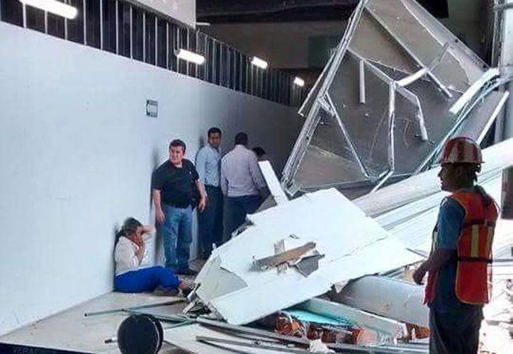 Una joven mujer resultó lesionada tras desplome de techo en el Aeropuerto Internacional de Veracruz. (Foto tomada del Twiiter @ElDictamen)