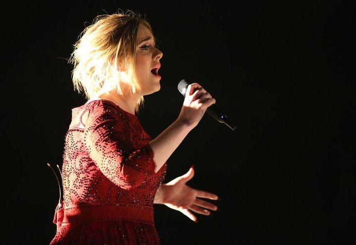 Adele 'perdió la cabeza' durante un concierto, en Verona, Italia: regañó a una fan que la videogrababa. (AP/Archivo)