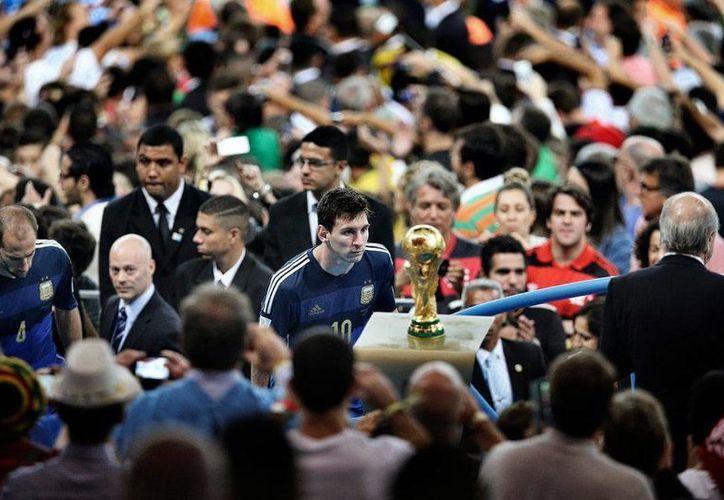 La foto donde aparece Lionel Messi, tomada por Bao Tailing, ganó en la categoría individuales.deportes del World Press Photo. (Fotos: eldiario.es)