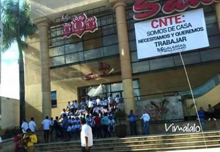 Mentores de la CNTE impiden que clientes ingresen a las tiendas a realizar sus compras, en Chiapas. (@Zorrito_Justice)