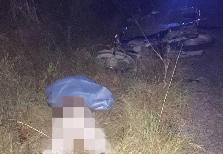 El cuerpo del motociclista fallecido se encontró a un lado de uno de los dos vehículos de dos ruedas. (Milenio Novedades)