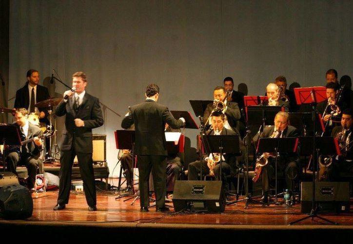 La 'Mérida Big Band' es dirigida por el músico cubano Ranier Pucheux. (Milenio Novedades)
