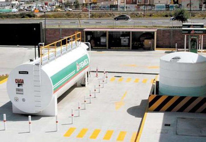 Imagen de contexto de instalaciones de almacenamiento de hidrocarburos de Pemex. En 2017 podrán ser concesionados a la iniciativa privada. (Javier Ríos/Milenio)