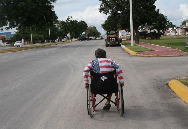 Juan Porfirio González, quien a diario recorre las calles de Chetumal en una silla de ruedas. (Enrique Mena/SIPSE)