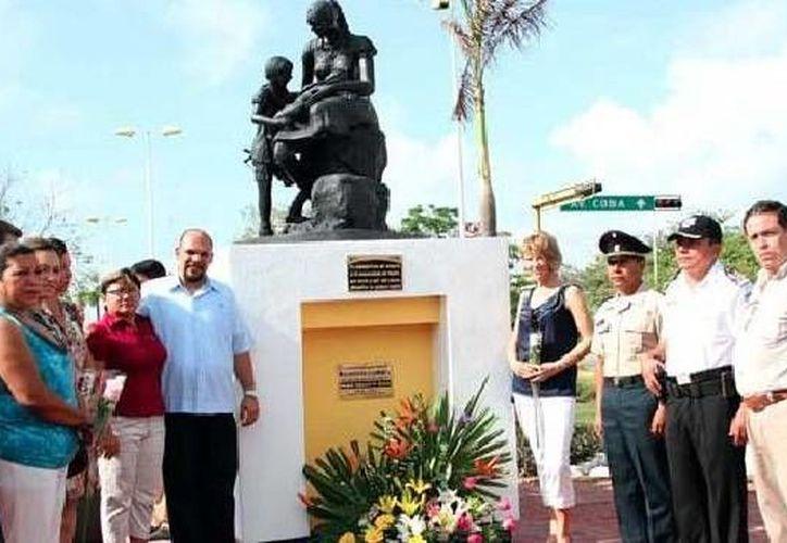 Se depositó una ofrenda floral ante el Monumento a la Madre, ubicado en la avenida Chichen Itzá con Tulum, para homenajear a todas las madres en su día. (Cortesía/SIPSE)