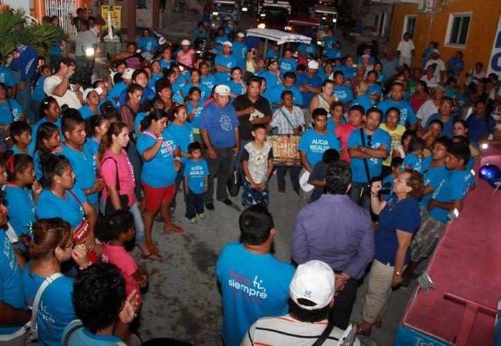 La panista durante un evento en una colonia popular. (Lanrry Parra/SIPSE)