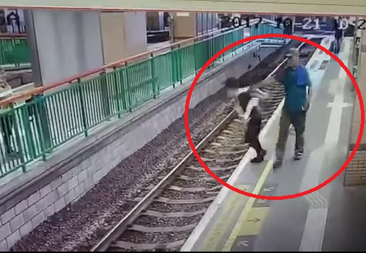 Un hombre es acusado de empujar a una limpiadora a las vías del tren en la ciudad de Yuen Long. (Captura YouTube).