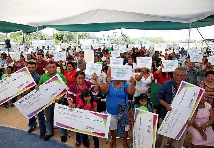 Fueron 40 los créditos para mejoramiento de vivienda a familias de 25 colonias de Mérida y 16 municipios del interior del estado, los que entregó el Ejecutivo estatal. (Cortesía)