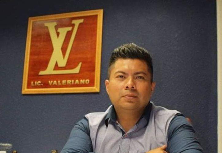 El Licenciado Valeriano y su logo sensación en redes sociales. (Internet)