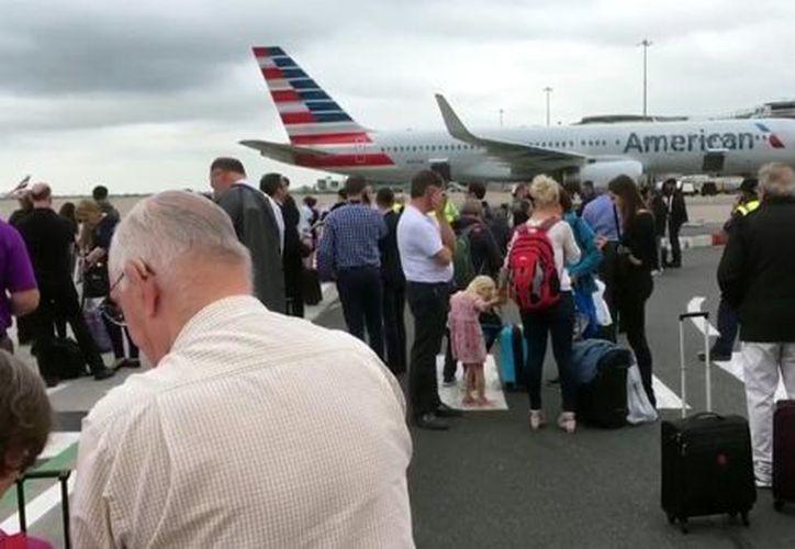 Cientos de pasajeros fueron escoltados al exterior de la Terminal 3 mientras un equipo de expertos en explosivos fue llamado para investigar. (AP)