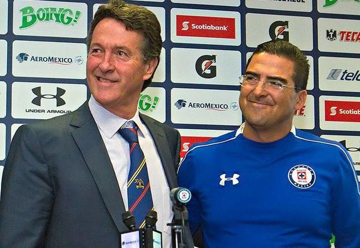 Joaquín Moreno (d) durante su presentación como técnico interino del Cruz Azul. A su lado, Agustín Manzo, directivo. (futboltotal.com.mx)