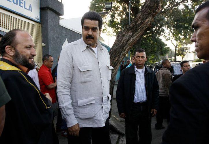El vicepresidente de Venezuela Nicolás Maduro (c), camina junto a miembros de la comunidad islámica en Caracas, Venezuela. (Agencias)