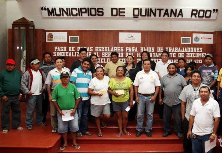 Trabajadores de la Comuna beneficiados con los apoyos. (Cortesía/SIPSE)
