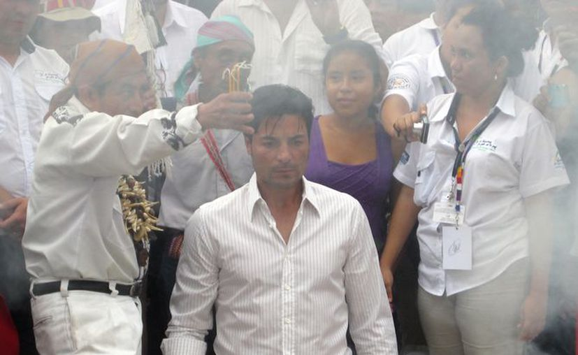 Chayanne en un momento de la ceremonia en Tikal, Guatemala. (Notimex)