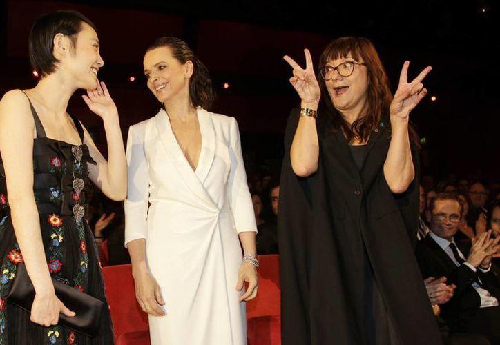 Las actrices Rinko Kikuchi (Japón) y Juliette Binoche (Francia) y la directora de cine Isabel Coixet, en el primer día de actividades de la Berlinale, que incluyó el estreno mundial de 'Nobody wants the night'. (Foto: AP)