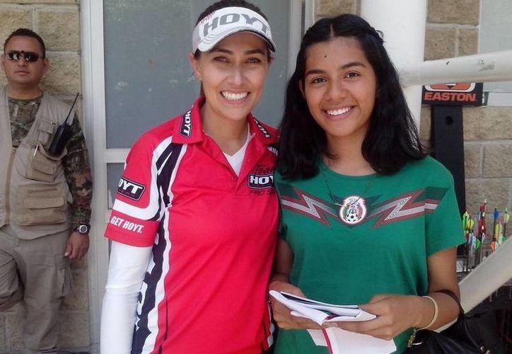 Linda Ochoa (i) es una de las mejores arqueristas no solo de México sino del mundo, de acuerdo a un ranking de FITA. (Twitter)