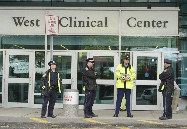 Policías custodian el centro médico donde permanece internado el sospechoso. (EFE)