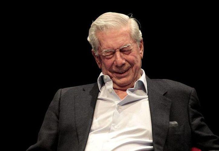 """Aunque pudiera pensarse que mantendría el control absoluto de su obra, Vargas Llosa prefiere """"que el guionista y el director (de la serie) trabajen con la misma libertad"""" que tuvo al escribirla. (Notimex)"""