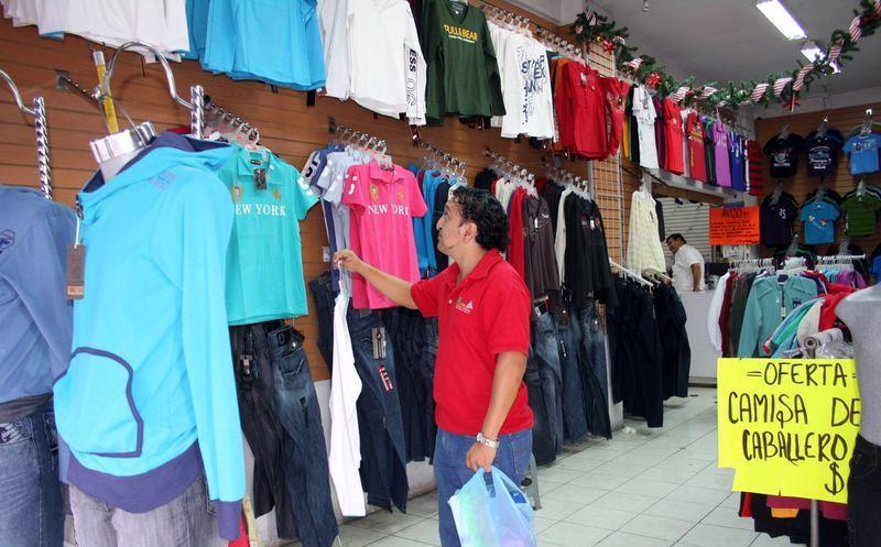 Además de ofrecer a las comunidades pobres un abastecimiento barato de ropa, el comercio también ofrece un sustento a cientos de miles de personas, dice la organización.