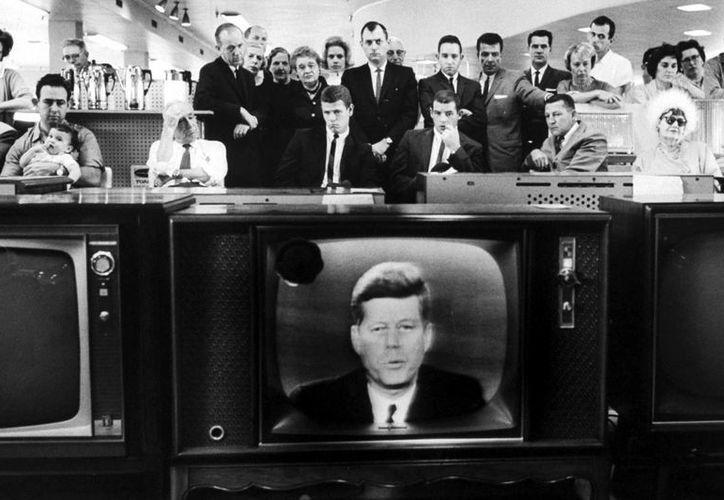 La televisión llevó a John Kennedy y a su familia a los hogares de Estados Unidos como nunca había sucedido con un presidente antes. (ideastream.org)
